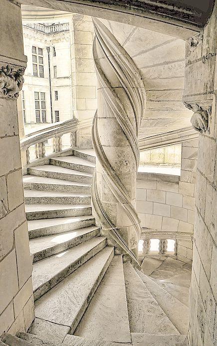 Escaliers du Chateau de Chambord/France. L'escalier circulaire central du château de Chambord est une invention de Léonard de Vinci. Il permet à 2 personnes de monter ou de descendre sans se croiser.