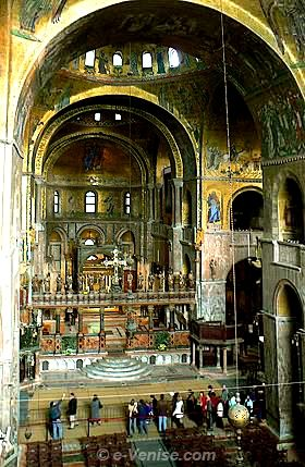 Basilique Saint-Marc, la procession... des touristes