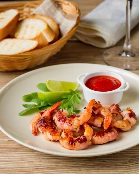 Жареные креветки в беконе с острым томатным соусом