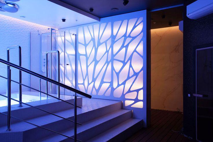 """Что может придумать талантливый дизайнер, используя светодиодную ленту и свою безграничную фантазию? Например, удивительную подсветку в SPA-центре в СК Олимпийский (г.Москва) Архитектор проекта, Александр Басов: """"Я решил плотно поработать со светом. Свет создает в этих помещения атмосферу и изменяет пространство. В СПА салоне реализовано 12 световых сценариев, гости могут управлять освещением с помощью iPhone. Световая стена разделяет массажную зону и бассейн, её рисунок напоминает лист…"""