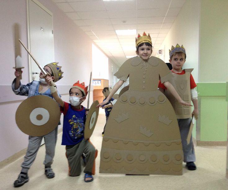 Reis, rainhas e cavaleiros em: http://playandgrow.blogspot.ru/2014/03/blog-post_10.html#more Cardboard prinsess and her knights #stjordi
