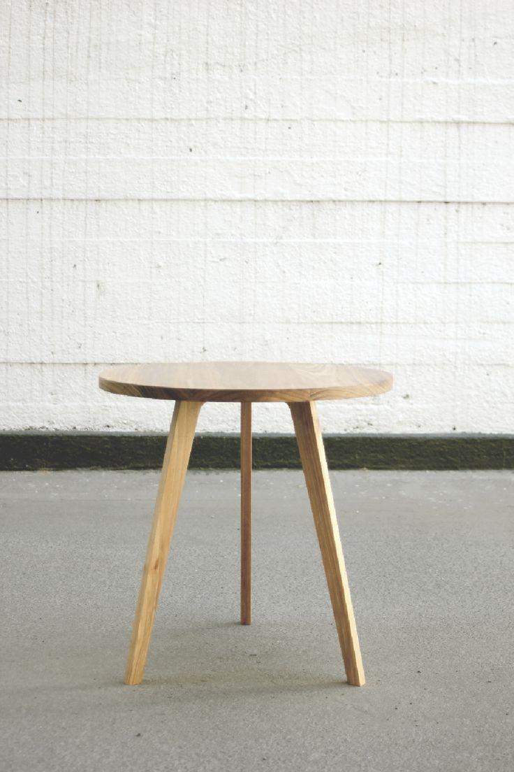 Mesa auxiliar de cubierta redonda. Está fabricada íntegramente en Aromo australiano macizo. Medidas en cms: Diámetro 50 / Alto 50.