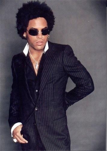 Pode até funcionar para o Lenny Kravitz, mas duvido que fique bem em você. Não são as peças que estão erradas, mas o excesso: colar, anel, brincos, óculos, costume risca de giz... Informação demais para o homem comum.