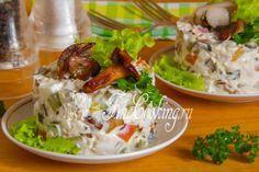 Салат с куриной грудкой и грибами  куриные яйца, маринованные огурчики морковь, лук,
