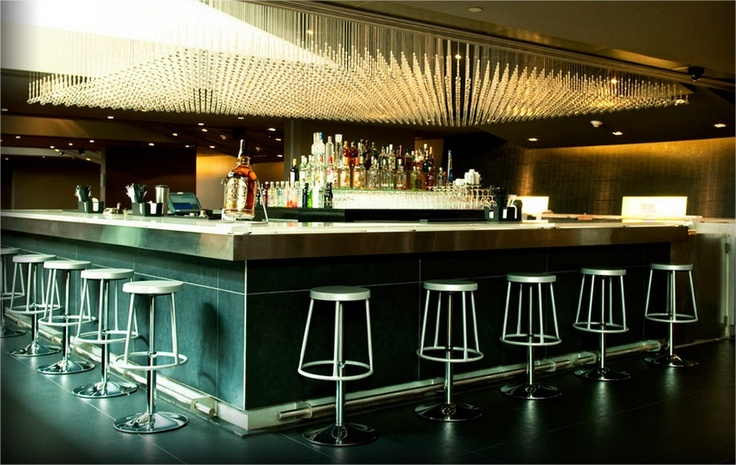 Esta es la ondera barra del bar Baraja de enjoy Antofagasta.