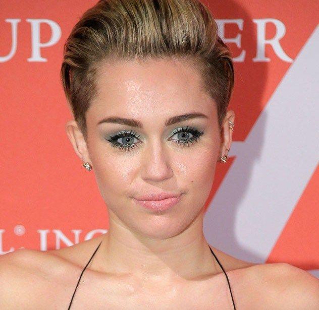 Il verde inoltre si può usare nella sua tonalità più chiara, l'acqua marina, anche in maniera più diffusa su tutto l'occhio, definendo bene le ciglia con il mascara e volendo anche l'eyeliner! Un bell'esempio dalla stravagante Miley! ;-)