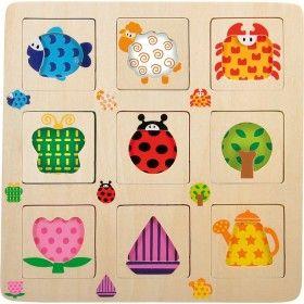 Netradičné puzzle s vyrezanými obrysmi zvieratiek, stromčeka, kanvice, kvietku a loďky. Hracia doska (25 x 25 cm) pozostáva z deviatich vyrezaných štvorčekov (6 x 6 cm). Vnútro štvorčekov je vyplenené farebným vzorom. Úlohou dieťatka je podľa predlohy nájsť správny dielik s výrezom predmetu, ktorý patrí do správneho štvorčeka. Drevené puzzle dieliky nemajú síce úchytky, ale ľahko ich detské prsty uchopia vďaka vyrezanému otvoru.