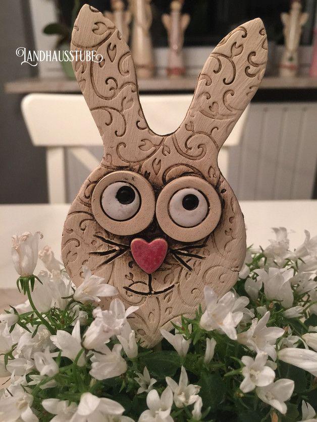 Handgetöpferter Hase als Stecker. Sehr schön zur Frühlingsdeko. Hase ca. 11 cm Unregelmäßigkeiten in Form und Farbe sind ein Zeichen für Handarbeit, kein Mangel. Versand erfolgt versichert mit...