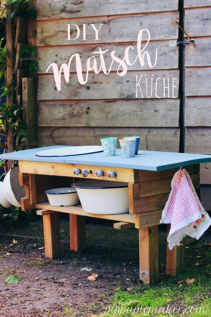 Schritt für Schritt DIY Anleitung wie du eine Matschküche aus einem Pflanzkasten bauen kannst. Eine hübsche Idee für deinen Garten und ein riesen Spaß für die Kinder!
