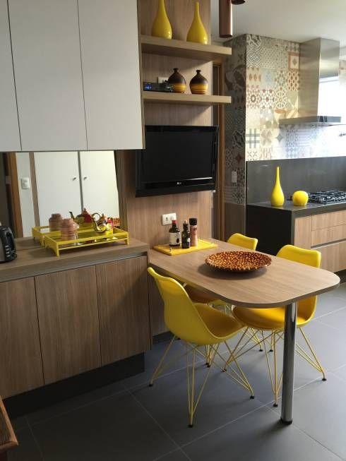 Hier findet ihr 40 schöne Ideen für eure kleine Küchen! Diese hier mit knallgelben akzenten von  Adriana Fiali e Rose Corsini - FICODesign