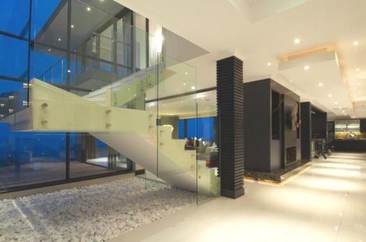 Tra le tante emozione che suscita questa villa completamente immersa nella natura, in posizione panoramica, sicuramente non figura l'indifferenza. http://dblog.dabirstore.com/case-da-sogno-luxury-home-e16-sud-africa/