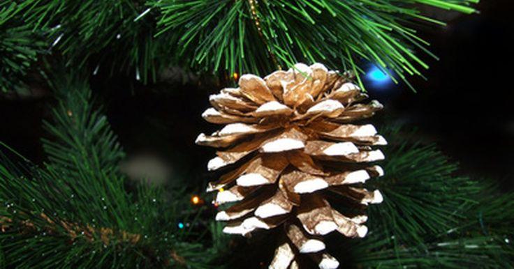 De qué están hechos la mayoría de los árboles artificiales que se ven como naturales. Los orígenes del árbol artificial se remontan a Alemania durante el siglo XIX. Los primeros árboles artificiales tenían formas piramidales de madera y plumas de ganso verde teñidas para el follaje. La tecnología del árbol artificial evolucionó a lo largo de los años para permitir la fabricación de árboles muy realistas.