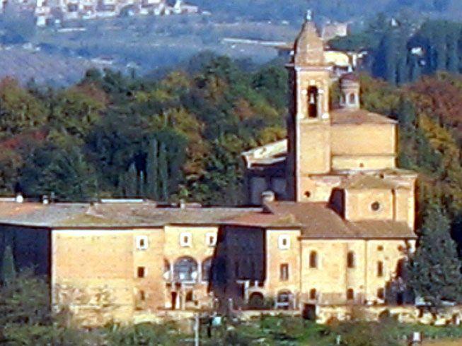 Базилика Оссерванца, возведенная на холме делла Каприола примерно в двух километрах к северо-востоку от центра города. Церковь была основана святым Бернардином Сиенским на месте более древнего скита, восходящего к 12 веку. Она была построена к 1490 году, вероятно, по проекту архитектора Франческо ди Джорджо Мартини, в 1495-1496 годах к церкви была пристроена крипта.