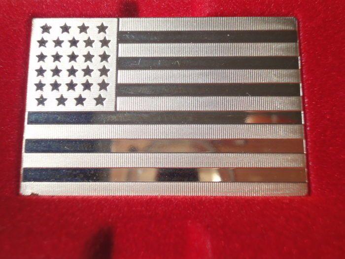 """Zilveren bullion """"10e Amerikaanse vlag van Amerika Anno 1846"""" door Franklin Mint! LIMIETED EDITION - slechts 4892 stuks!!!  Zeer zeldzame silver bullion """"10e Amerikaanse vlag van Amerika Anno 1846""""Fabrikant: Franklin MintSerie: """"lijst van vlaggen van Amerika""""Materiaal: Sterling Zilver 925/1000Gewicht: 1111 korrels = 72.9 gProductie: 1972-1977Editie: 4892 kopieënVerschillende kwaliteit postzegels werden geplaatst op de zijkanten van de zilveren staven.Voor veiling is hier een zilveren ingots…"""