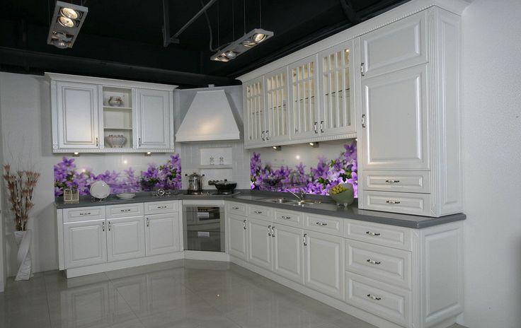 Biała kuchni i piekne fioletowe kwiatuszki. Panele szklane w Towjej kuchni. Zapraszamy - deKEA Polska