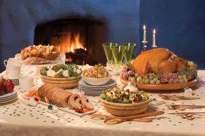 Выбор блюд, напитков и десертов для Нового года 2016  Новый год – самый волшебный праздник, и многие верят, что если накрыть стол по вкусу покровителя наступающего года, весь год потом пройдёт успешно и счастливо. Грядущий 2016 год будет годом Красной Огненной Обезьяны. Как оформить новогодний стол и чем её можно угостить?