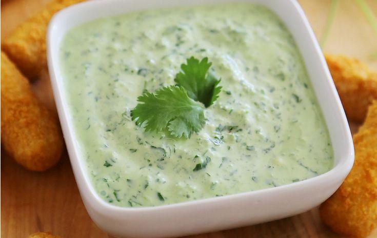 El queso empanizado, las alitas y las verduras son aún mejores con esta delicia.