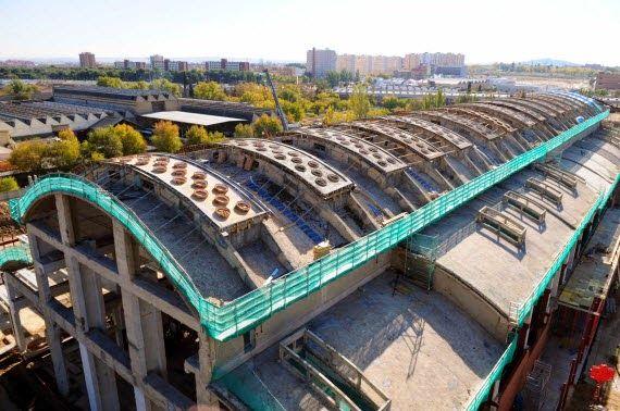 """Deshabitada en los años 90, hace más de 6 años que se empezaron las obras de restauración por el Ayun-tamiento de Madrid para convertir la nave Boetticher en la Catedral de las Nuevas Tecnologías. El DESGo-bierno de España dió al Ayuntamiento de Madrid + de 30 millones a través del Plan Avanza para financiar el proyecto, a día de hoy sigue cerrado. La alcaldesa de Madrid """"ya está en su fase final"""", pero, de hecho, no hay fecha aún para su inauguración. MADRID"""