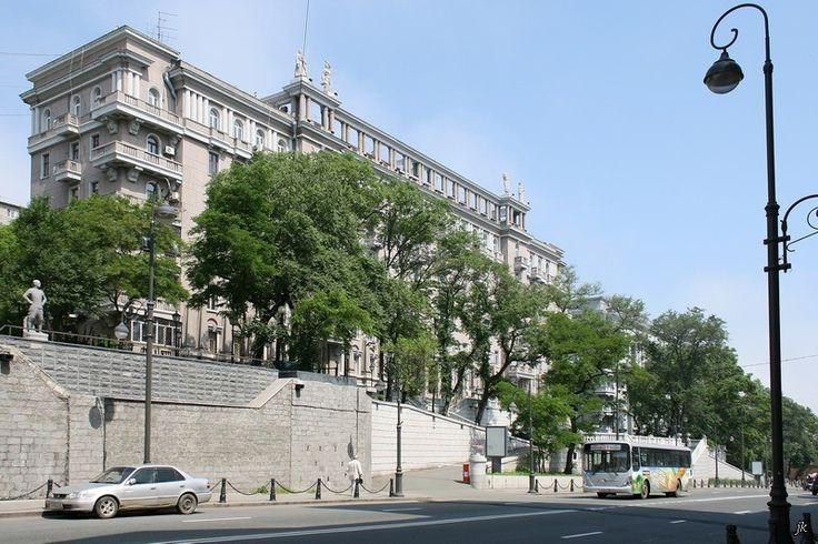 """Владивосток. А вот это здание известно под именем """"Серая лошадь"""", конец 1930-х гг:"""