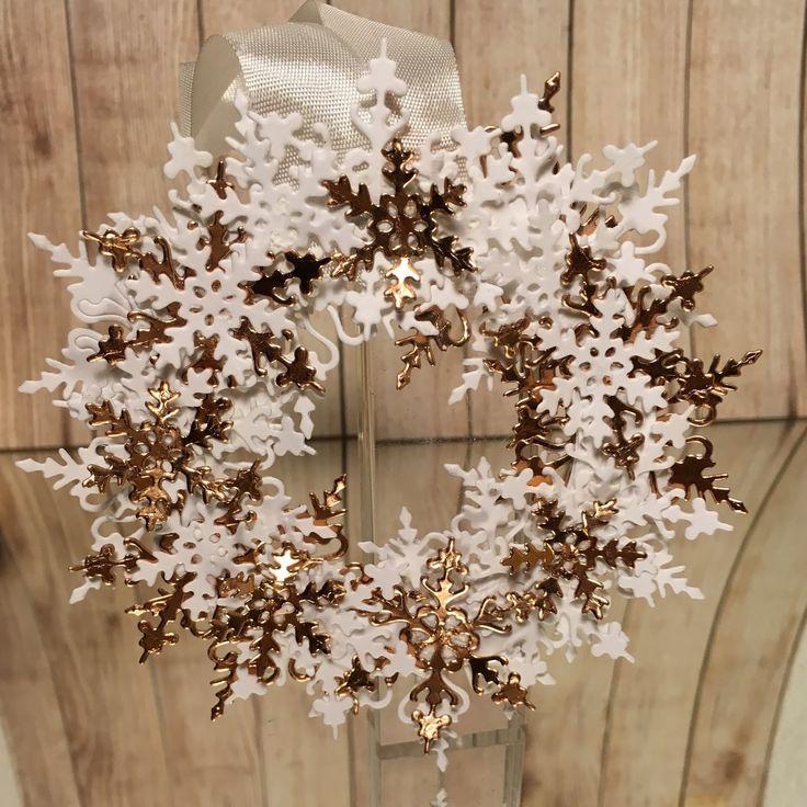 Hejsa     I dette korte indlæg viser jeg et lille ophæng.   Jeg har brugt die sættet med de 3 snefnug         Glædelig Jul fra     Berit Ro...