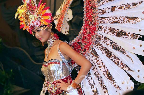 Miss Indonesia 2011 use the costume