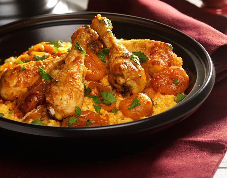 Kip met abrikozen tajine. Traditioneel is een tajinegerecht een onderdeel van een maaltijd met vele gangen. Dit gerecht is een makkelijke en volwaardige maaltijd met kip, abrikozen en couscous.