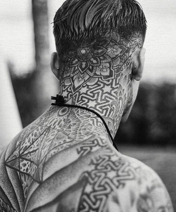 tatuajes en el cuello geometrico