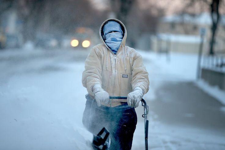 Ένας δημοτικός υπάλληλος κάτοικος της Μινεάπολης στη Μινεσότα καθαρίζει νυχτιάτικα τους δρόμους από το χιόνι ώστε οι μαθητές να πάνε σχολείο μετά τις διακοπές των εορτών.
