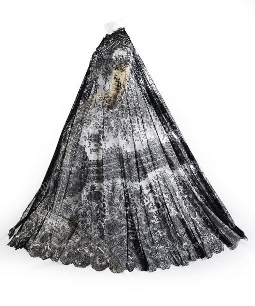 Exceptionnelle Rotonde, Chantilly noire, fuseaux, 1860-65 Châle de forme oblongue à porter sur une robe à grande crinoline projetée. Décor posé à l'horizontal en deux registres séparés par des rubans… - Coutau-Bégarie - 05/11/2014