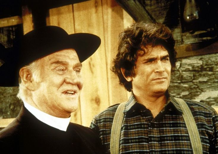 Reverend Alden (Dabbs Greer, l.) und Charles (Michael Landon, r.) führen ein...