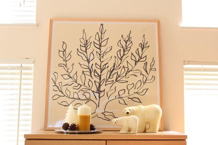 大きな木のイラストをツリーに見立てて、キャンドルや松ぼっくりなどを組み合わせると、シンプル&シックな大人っぽい雰囲気を演出できます。