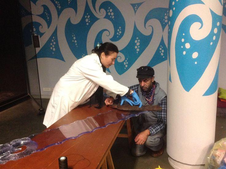 """Voici George NUKU en pleine préparation. C'est un artiste d'origine Maori, qui dénonce la pollution par ses œuvres réalisées à partir d'objets recyclés par exemple avec des bouteilles plastiques. Au """"Bottel Océan 2016"""" l'artiste met en valeur ces objets en recréant des univers marins, au muséum d'histoire naturel de La Rochelle. Chloé Trévien"""