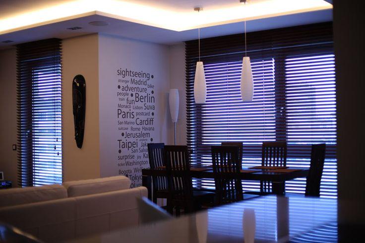 Horisontale persienner er de mest universale innvendige persienner. Dagslystilstrømningen justeres ved å rulle opp eller justere vinkel på lamellene. Produktet beskytter også mot overoppheting og tillater en ubesvært luftsirkulasjon. Gardinene gir interiøret innsynsbeskyttelse uten å redusere lystilstrømningen, eller skjerme vinduet - verken delvis eller fullstendig.