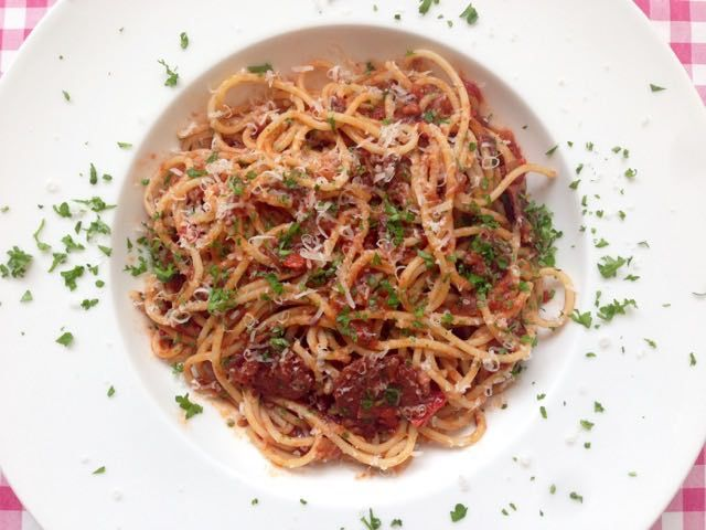 Pittige spaghetti   Lekker pittige spaghetti met salami, Spaanse peper en een verse tomatensaus   Bekijk dit pittige recept op Alles Over Italiaans Eten