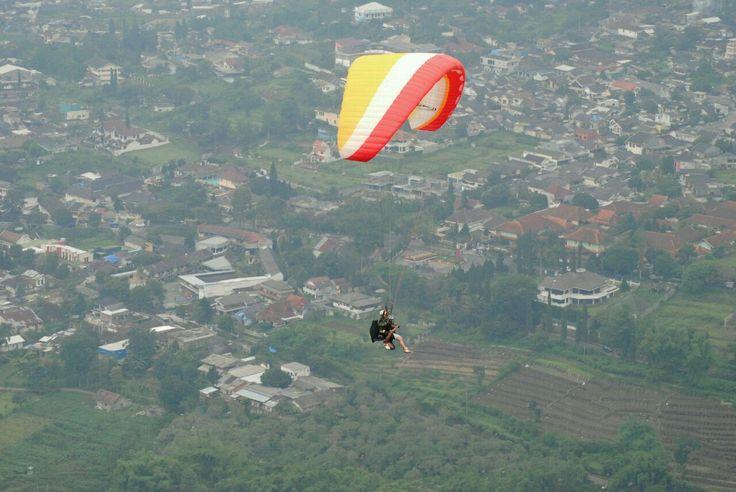 Paralayang saat fase siang. Pengunjung sedang terjun payung. (Dok. Falahi Mubarok)