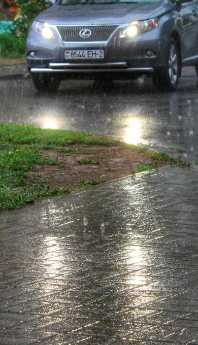 А вы не забыли зонт дома? После долгой знойной засухи грянула настоящая буря! Проливной ливень со шквальным ветром накрыли город на несколько часов. Кто-то, радуясь, мок под дождем, кто-то прятался под зонтом, а кто-то, летя по делам, не замечал всего этого мокрого представления. А что делали вы?