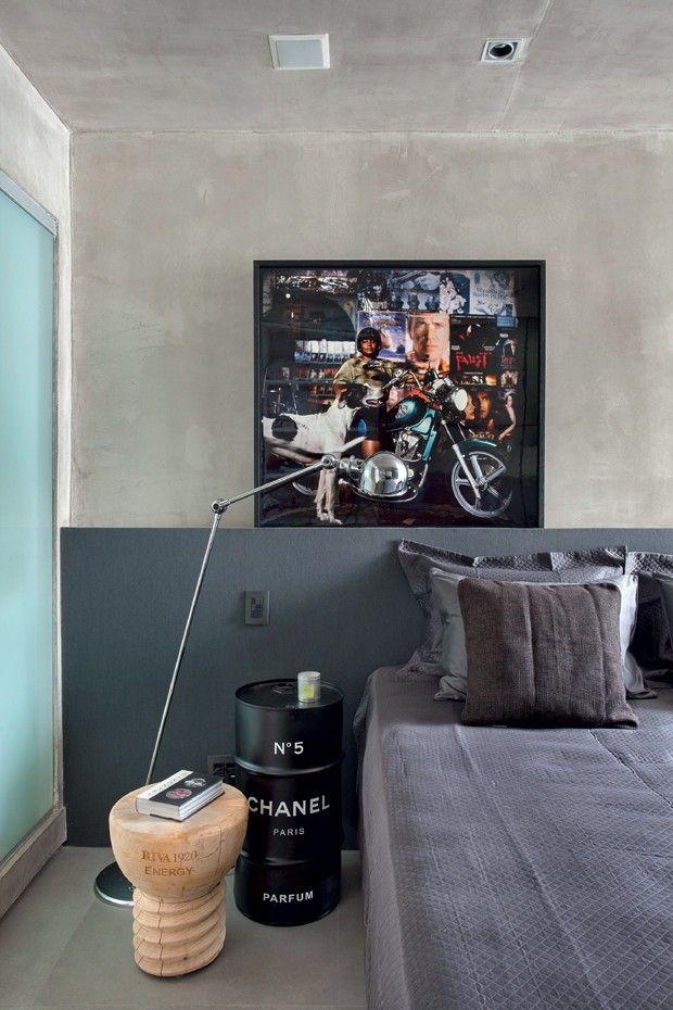 Quarto   Em frente à cabeceira de MDF com papel de parede da Orlean, luminária da Lumini e quadro Meninas do Rio, de Ana Stewart (Foto: Denilson Machado/MCA Estúdio)