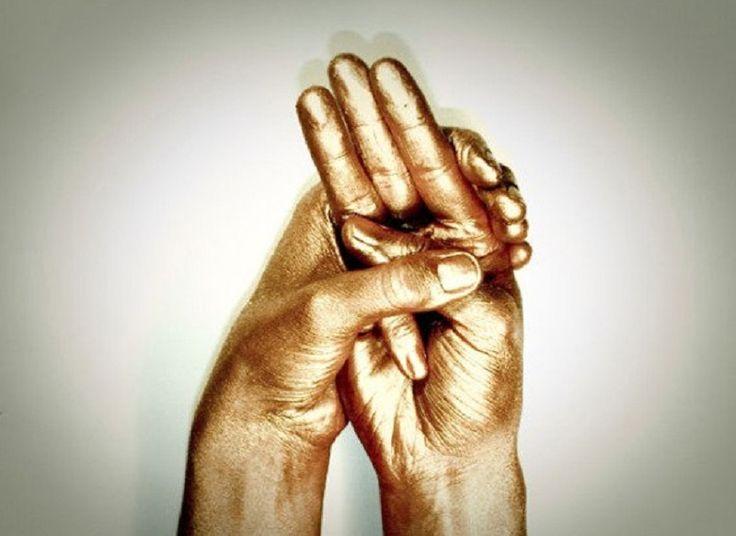 """Zrejme každý z nás už hľadal pokoj a mier v našom vnútri. Možno ste už počuli o """"mudre"""", špeciálnej orientálnej technike, ktorá prispieva k správnemu prerozdeleniu pozitívnej energie, ktorá sa dostane aj do tých najmenších kanálikov vášho vnútra. Inými slovami, ide o akúsi špeciálnu gymnastiku, ktorá vám len pomocou prstov"""