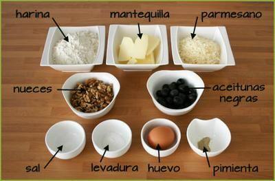 Ingredientes para hacer galletas saladas de parmesano, aceitunas y nueces
