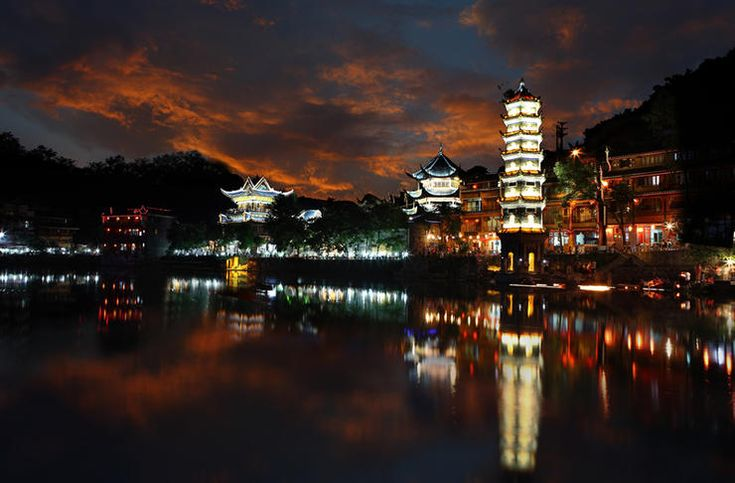 You can miss the ancient city of Fenghuang during the day, but do not miss the night of the ancient city of Fenghuang! Phoenix night, is the hazy beauty of this town is not easy to be aware of the surprise! In Phoenix journey, as long as you experience the night of Phoenix, you can encounter a different Phoenix beauty!