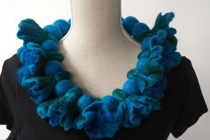 Vilten bloemen ketting, kraag. Blauw handgemaakt sieraad van wol voor dames. door GitaKalishoek op Etsy https://www.etsy.com/nl/listing/242826951/vilten-bloemen-ketting-kraag-blauw