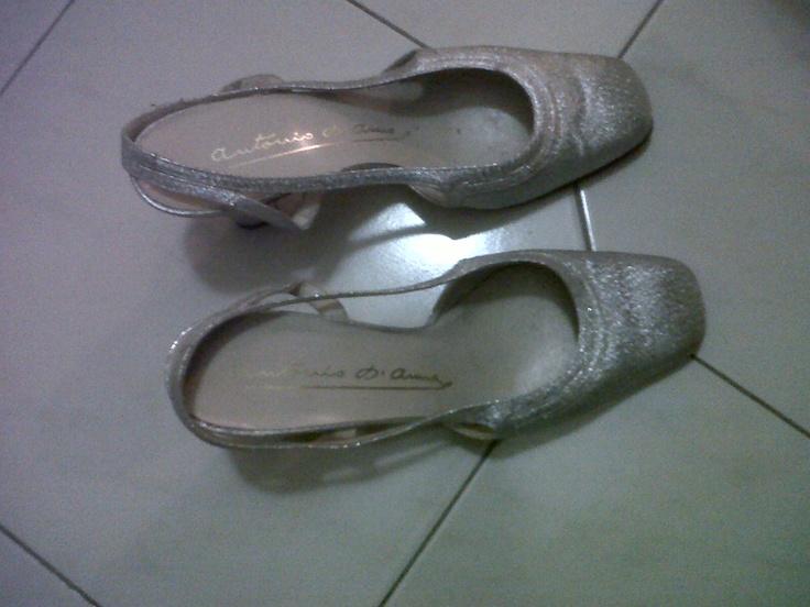 Silver glittering sandals round tip