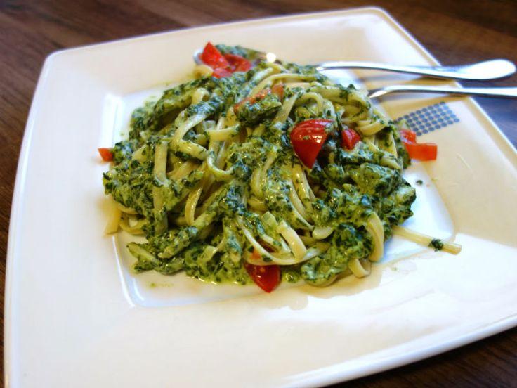 Pasta with creamed spinach cream cheese sauce and tomatoes   – Essen und trinken