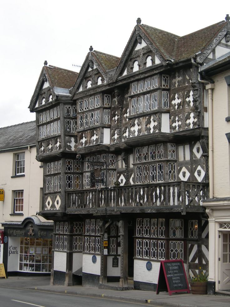 tudor architecture The architecture of early tudor england displayed continuity rather than change churches great and small were built in the perpendicular gothic style of the later middle ages.