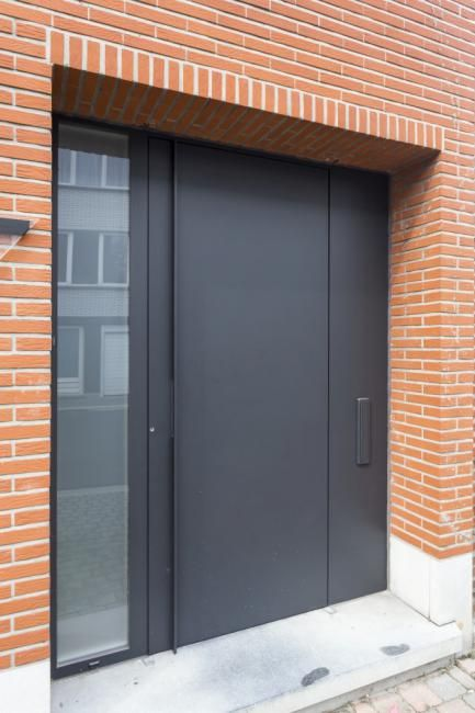 Aluminium voordeur modern te Mechelen ral 7021