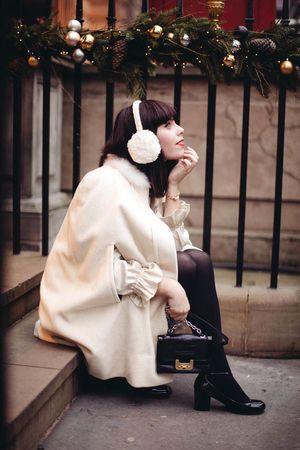 ホワイトコーデに合わせて白のイヤーマフをON♡ イヤーマフを使ったコーデ・ファッションスタイルのまとめ。
