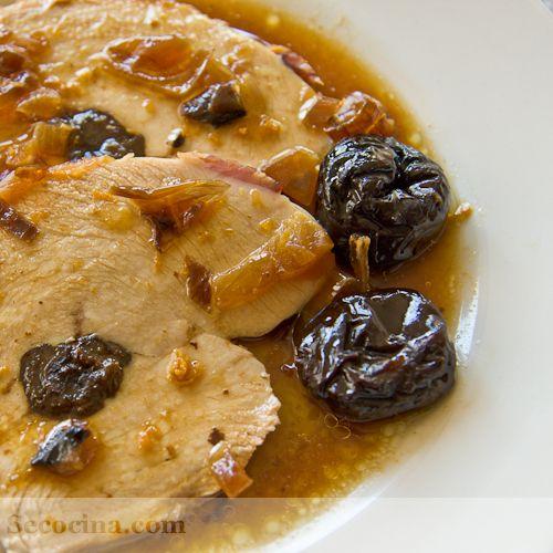 Rollo de pechuga de pavo a la naranja: al horno con bacon, naranja, Oporto y ciruelas pasas.