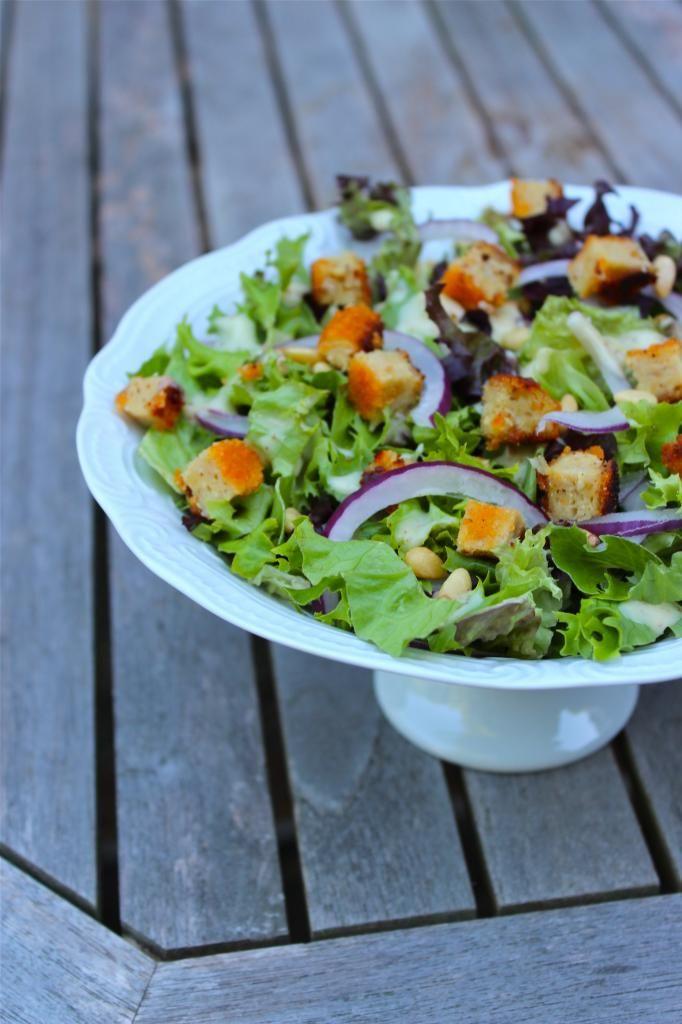 Zomerse salade met sla, rode ui en kip