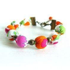 Bracelet liberty of london betsy z (orange ~ blanc ~ rose) - perle bois - caches nœuds métal couleur bronze