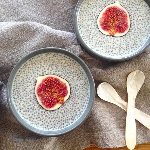 les graines de Chia façon pudding!   Ingrédients:  – 3 cuillères à soupe de graines de chia – 1 tasse de lait de votre choix: soja, amande, lait de coco – le ¼ d'une gousse de vanille